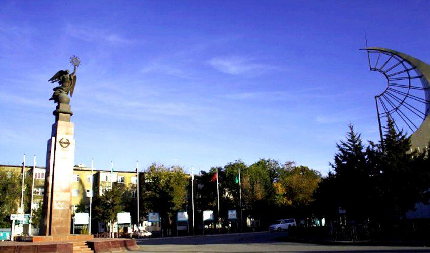 В центре города Баткен высится статуя Свободы, когда-то украшавшая площадь Ала-Тоо в столице Кыргызстана…
