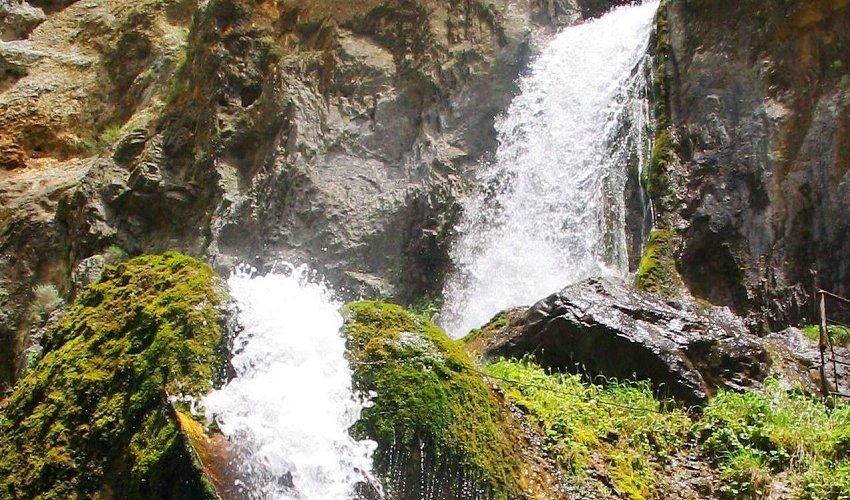 Бушующий поток Абшыр-Ата, с ревом вырывающийся из скал!