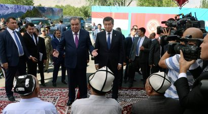 Ворух поднял дух лидеров двух. Президенты КР и РТ обнялись на границе