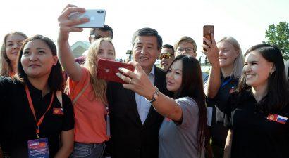 Тихо сам с собою, правою рукою… Селфимания охватила Кыргызстан