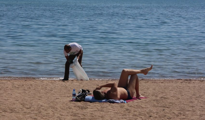 Пластик, бумага и стекло – чем еще мусорят вандалы на пляжах Иссык-Куля?