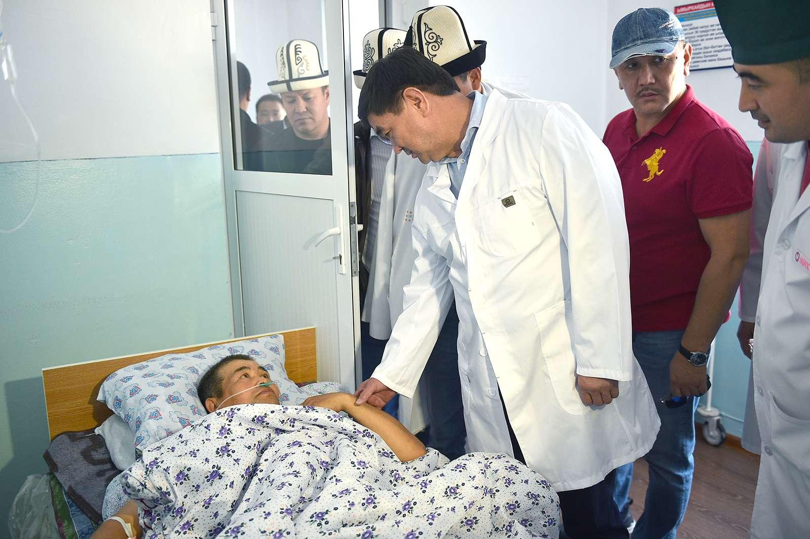Премьер-министр КР посетил больницу, где лежит часть раненых и пообещал оказать материальную и иную помощь всем пострадавшим в результате ЧП.