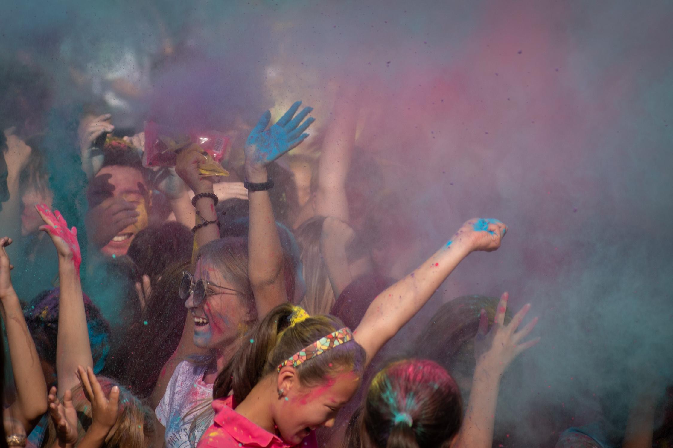 В разноцветных клубах краски ничего не разглядишь
