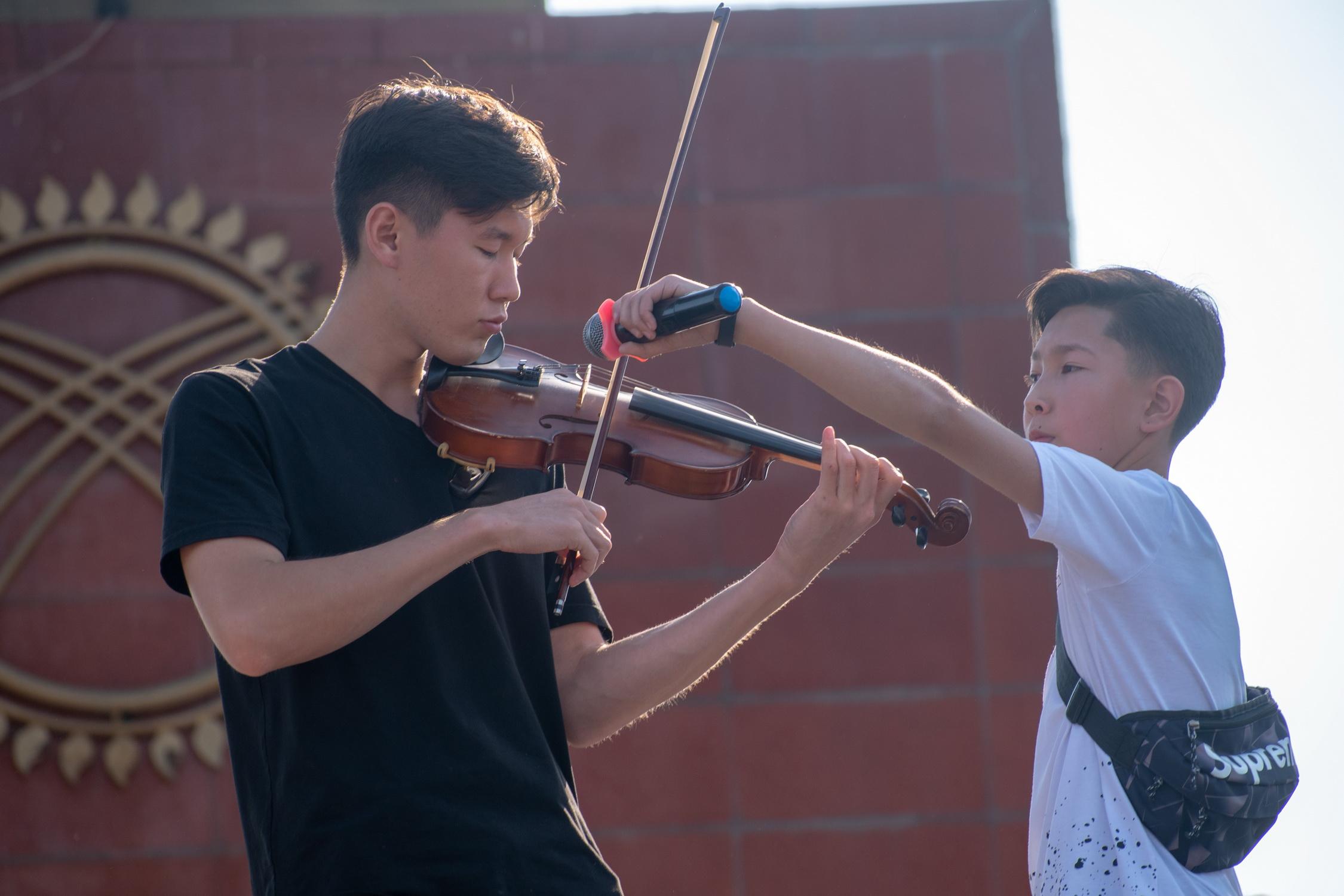 Сыграй скрипач нам для души!