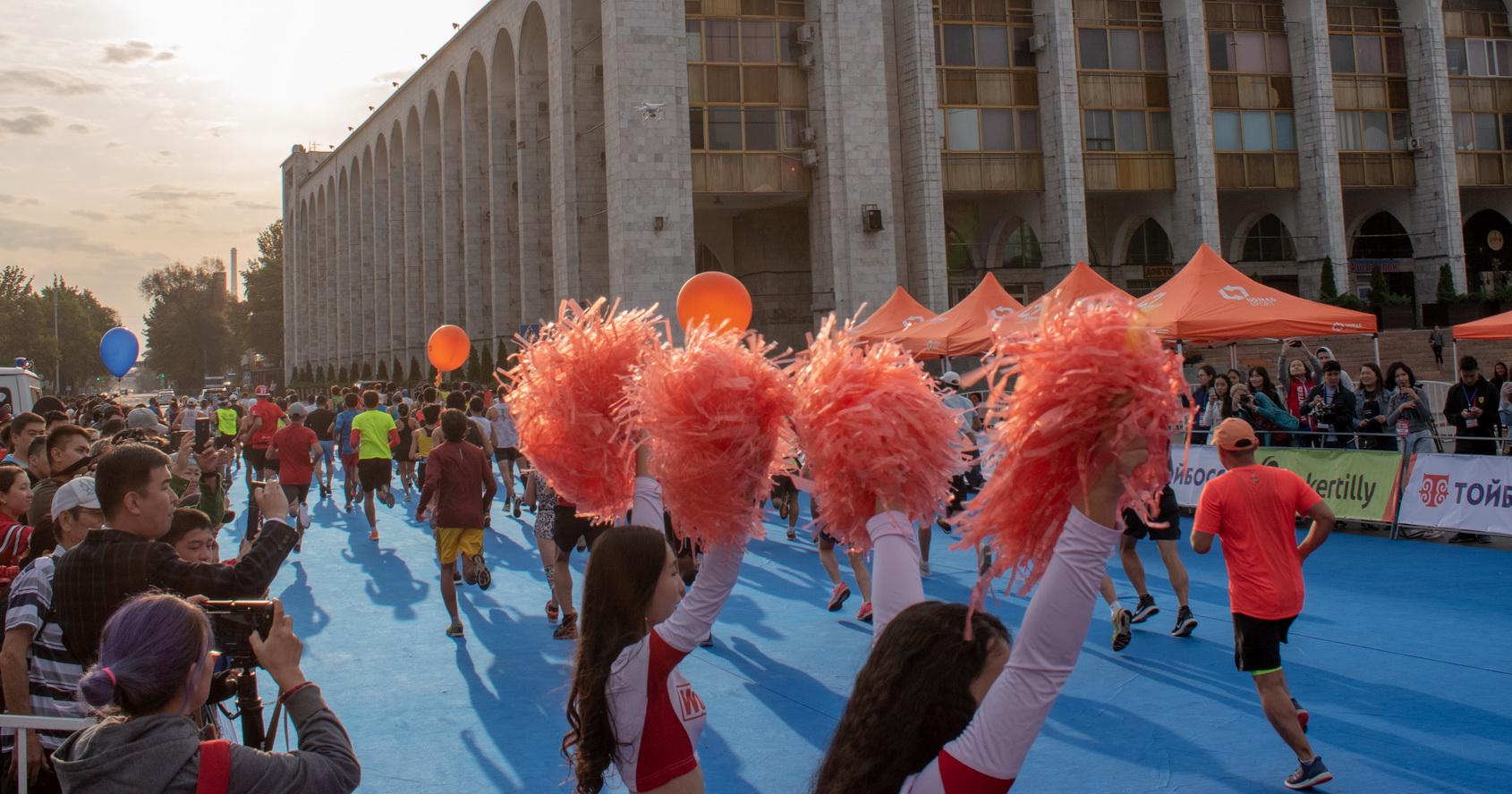 3600 бегунов участвовали в полумарафоне «Сохраним снежного барса». В их числе сотрудники «Orbita.kg» (ВИДЕО)