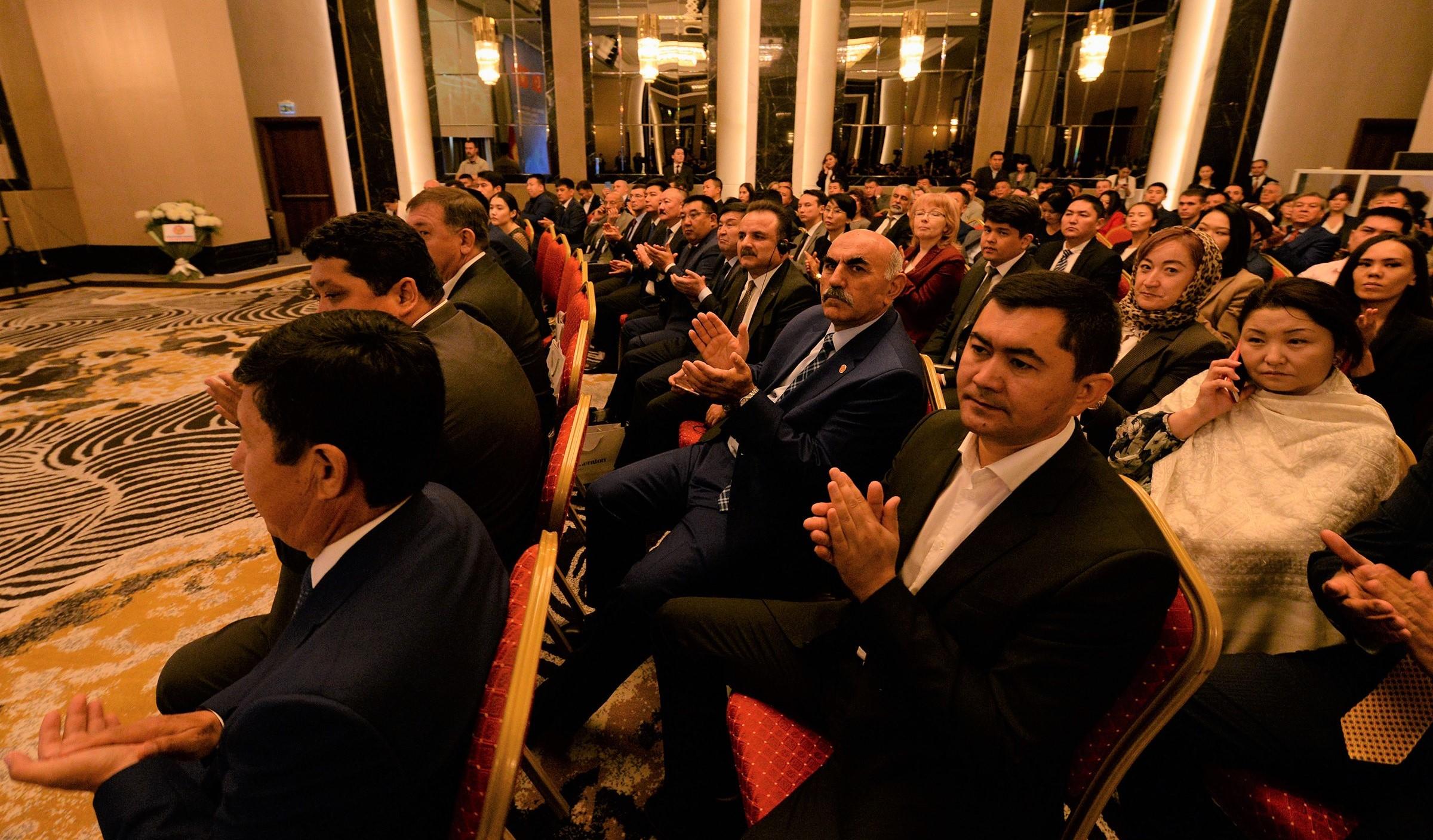 Публика с вниманием слушала спич Сооронбая Жээнбекова.