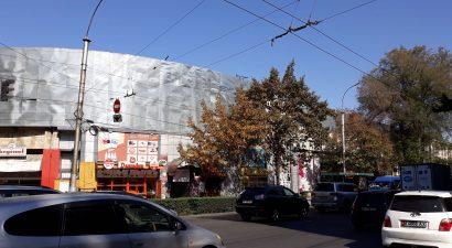 В центре Бишкека разрушают памятник истории и архитектуры – типографию «Эркин-Тоо»
