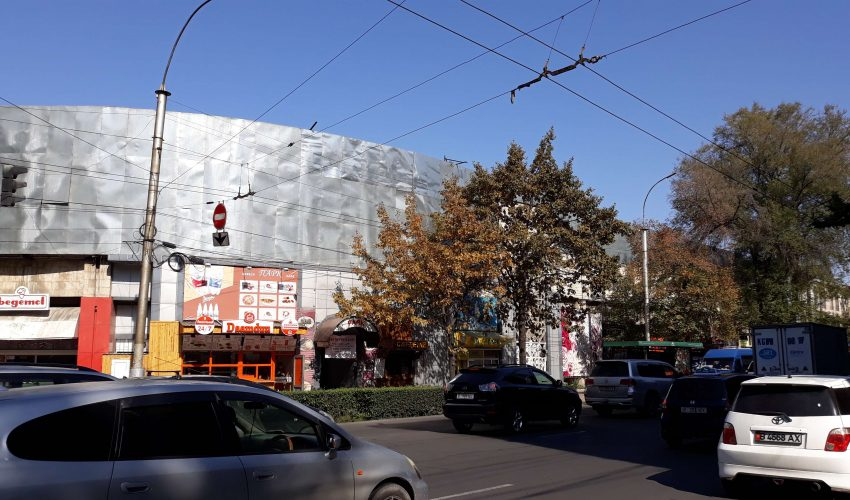 Внешне здание издательства «Эркин-Тоо» выглядит более-менее пристойно – работы по разборке ведутся внутри.