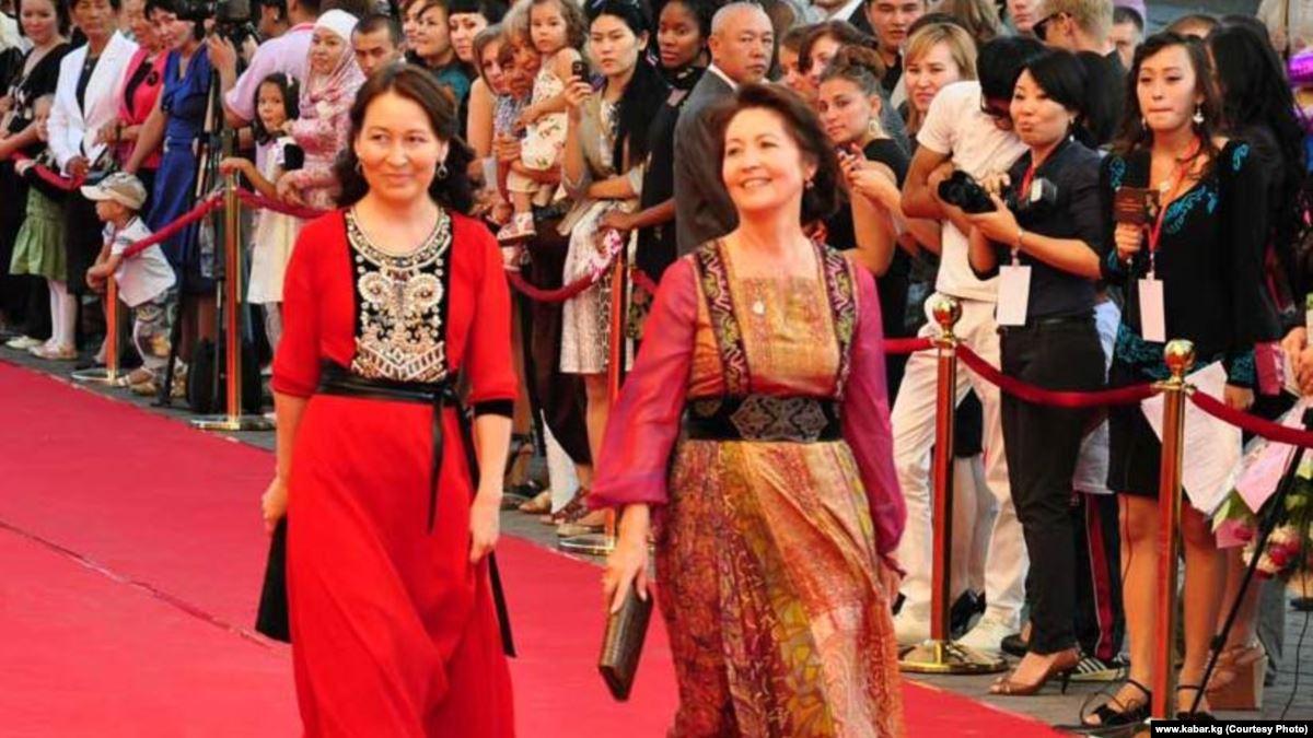 Раиса Атамбаева вместе с супругой экс-премьера КР Омурбека Бабанова на фестивале мод в Бишкеке в 2012 году, несмотря на то, что Бабанов вынужден был со скандалом покинуть свой пост премьер-министра в годы правления Атамбаева…