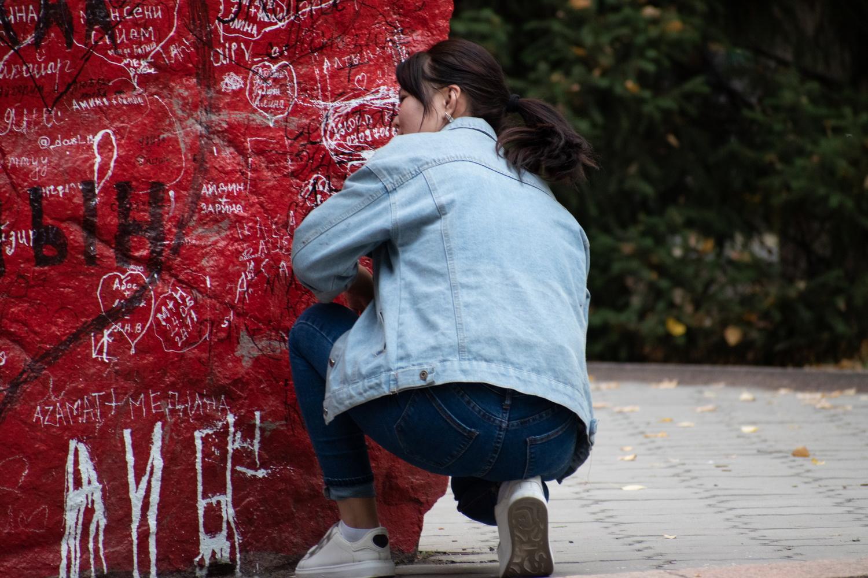 Вандализм цвета крови около Дома правительства Кыргызстана. Ни мэрия, ни милиция, никто не реагирует!