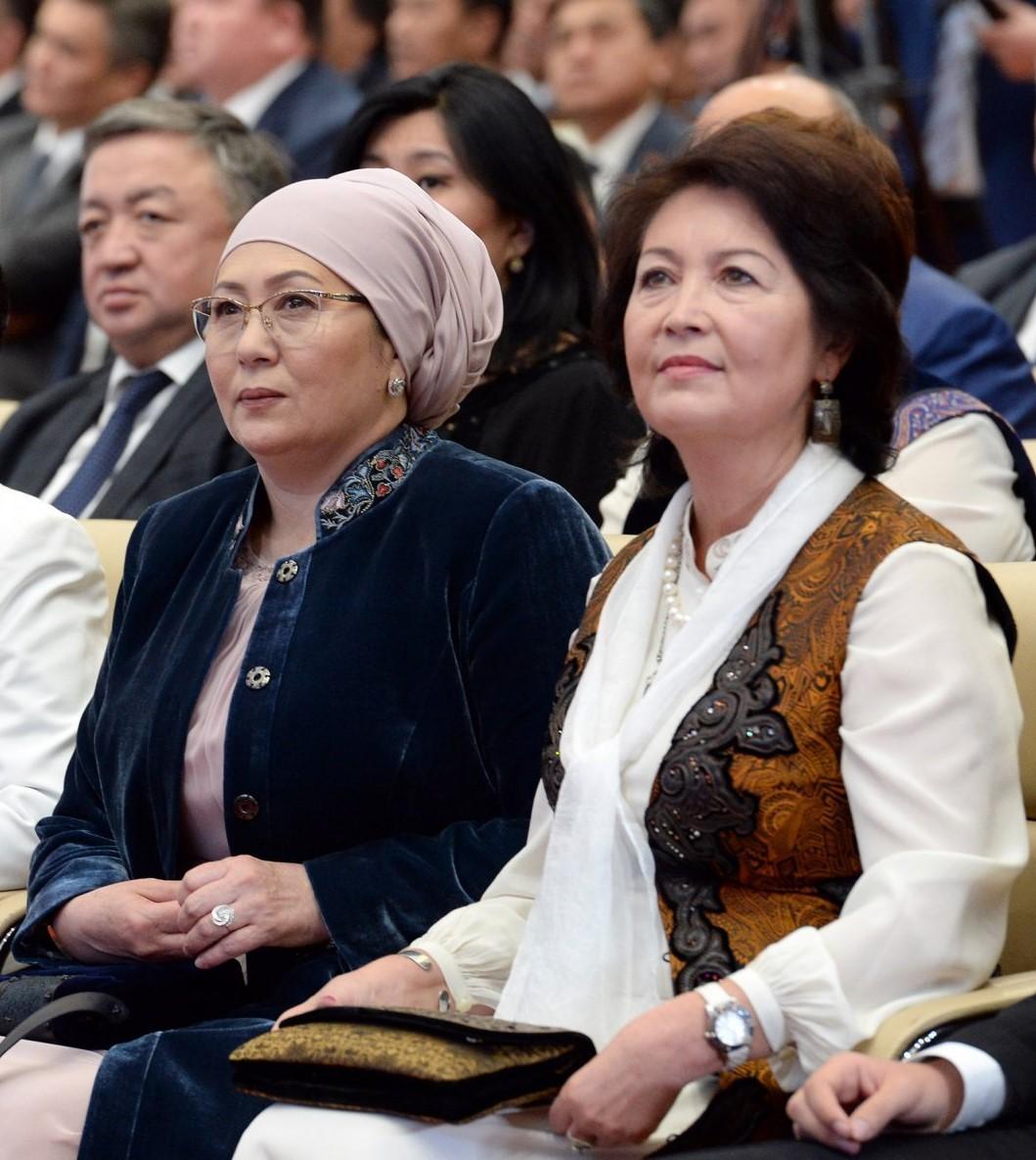 Вне политики. Супруга Сооронбая Жээнбекова была на юбилее Раисы Атамбаевой в июне 2018 года, и это невзирая на то, что кольцо изоляции вокруг АША уже начало сжиматься…