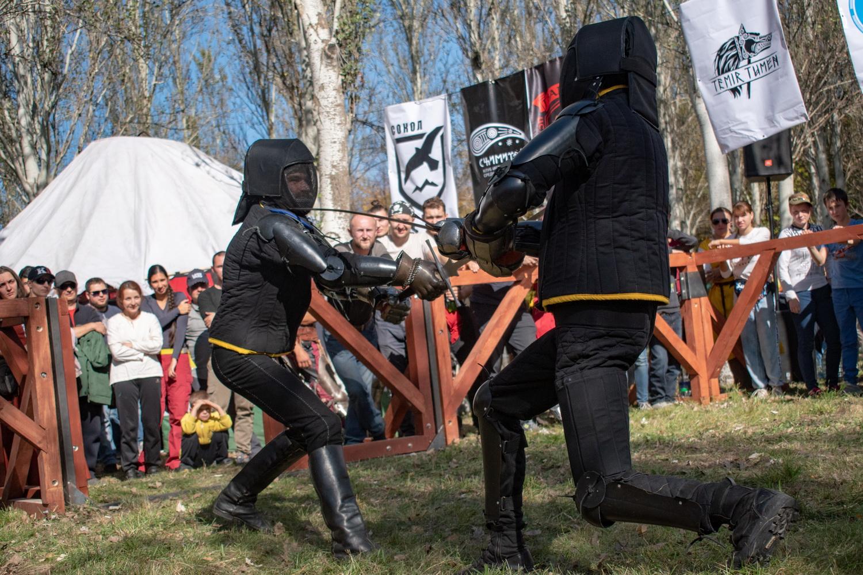 Звон мечей, крики людей. В Бишкеке состоялись бои оживших рыцарей…