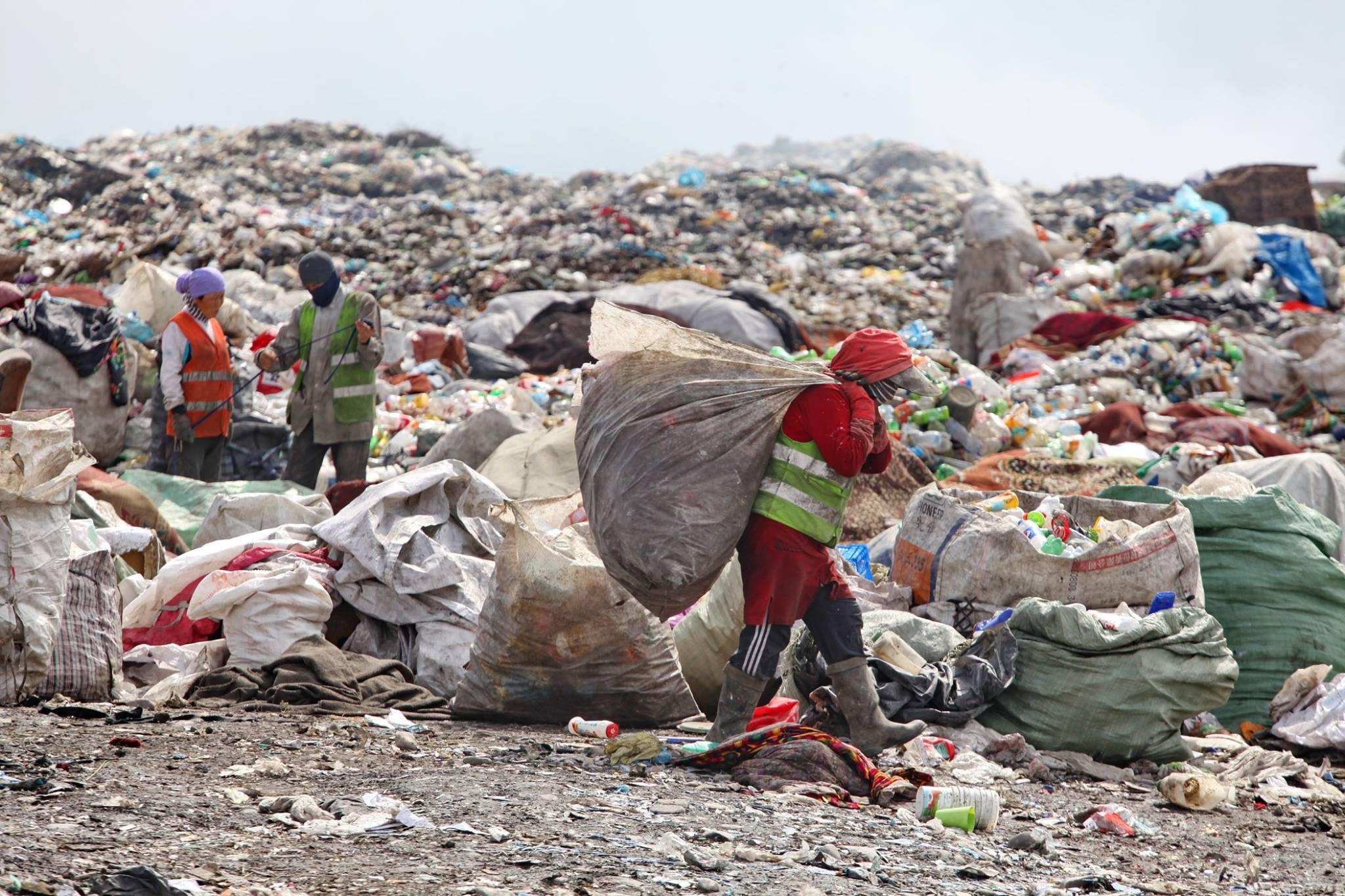 Пока относительную пользу от сбора мусора и его сдачи приемщикам ощущают лишь бомжи…