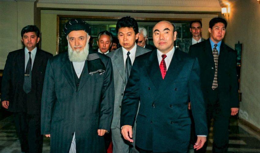 2000 год, Бишкек. Официальный визит президента Афганистана Бурхануддина Раббани в Кыргызстан и его встреча с президентом Аскаром Акаевым. Все встречи переводил Авазбек Атаханов.