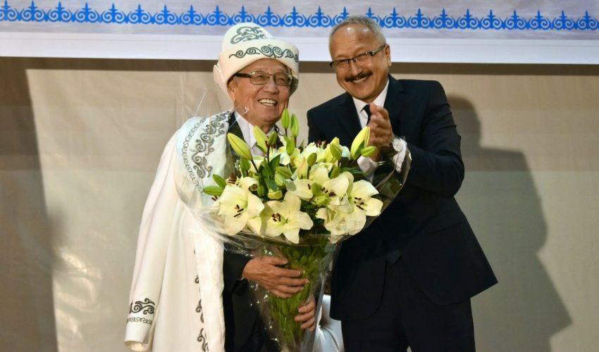 Все как полагается из рук ректора БГУ: чапан, ак калпак и большой букет цветов для юбиляра!