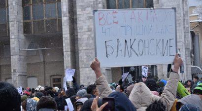 Коррупция так достала, что протестовать в центр Бишкека вышли даже прежде тихие интеллигенты!