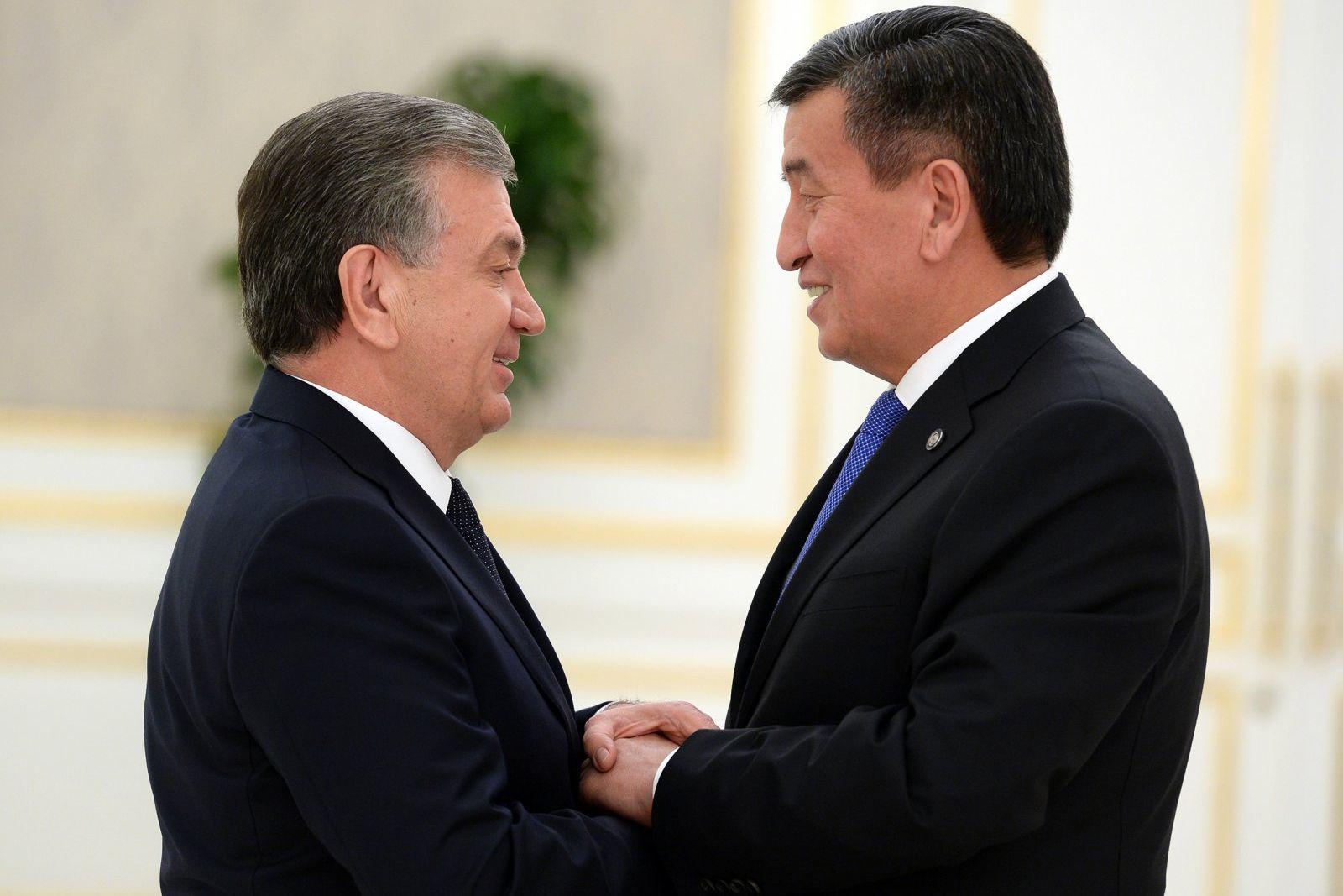 Рукопожатие с главой Узбекистана Шавкатом Мирзиеёвым. Здесь видно, что они тоже изучают друг друга. И в некотором роде у них была даже борьба характеров, в которой кыргызский лидер вольно или невольно уступил. Возможно, проявил большую дипломатичность.