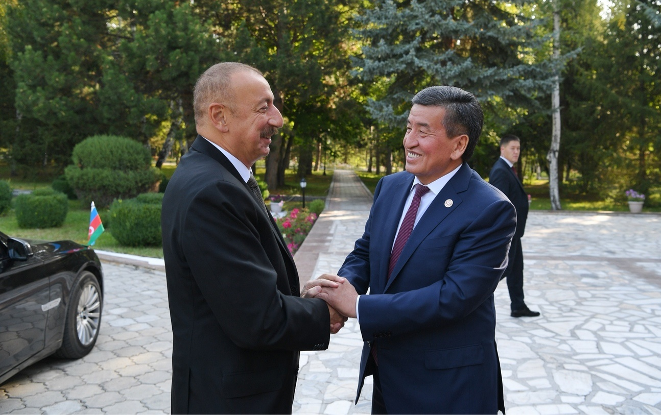 С азербайджанским лидером Гейдаром Алиевым. Восточная дипломатичность С. Жээнбекова видна невооруженным взглядом. Старается расположить к себе партнера.