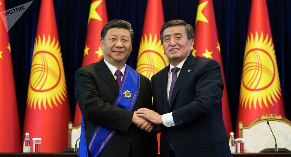 Непроницаемый Си Цзиньпинь. Китайского лидера трудно «прочесть», у него почти всегда одно и тоже выражение лица. Кыргызский президент – в положительной ипостаси, максимальное проявление уважения и почтения к председателю КНР.