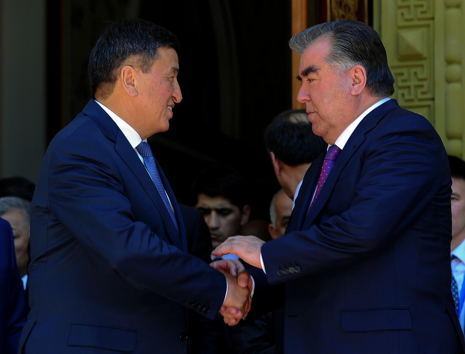 Жээнбеков и руководитель Таджикистана Эмомали Рахмон. Здесь я бы даже больше внимания обратил на некую напористость президента РТ, старающегося пусть и невербально, но максимально давить на своего оппонента.