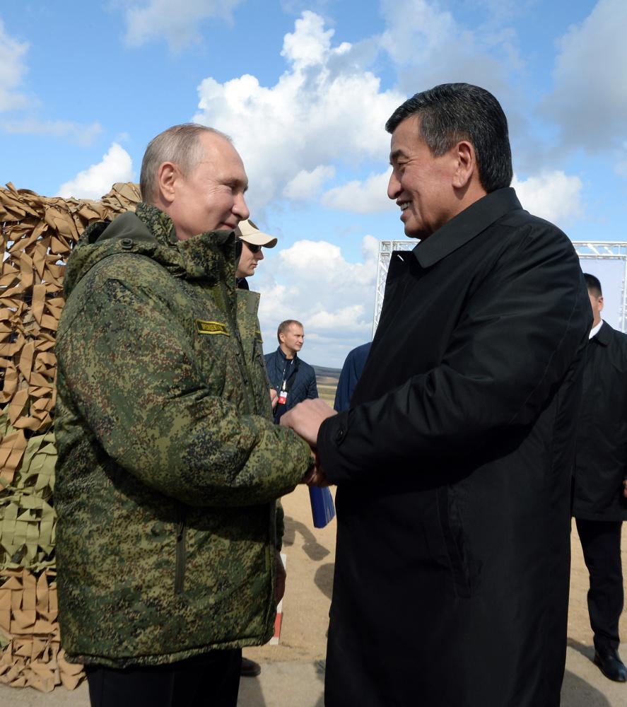 Накоротке с главой РФ Владимиром Путиным. Могу сказать, что чувствуется напряженность в позе Вашего президента. Он пытается быть максимально дружелюбным и готовым к сотрудничеству. Заряд российского лидера очевиден.