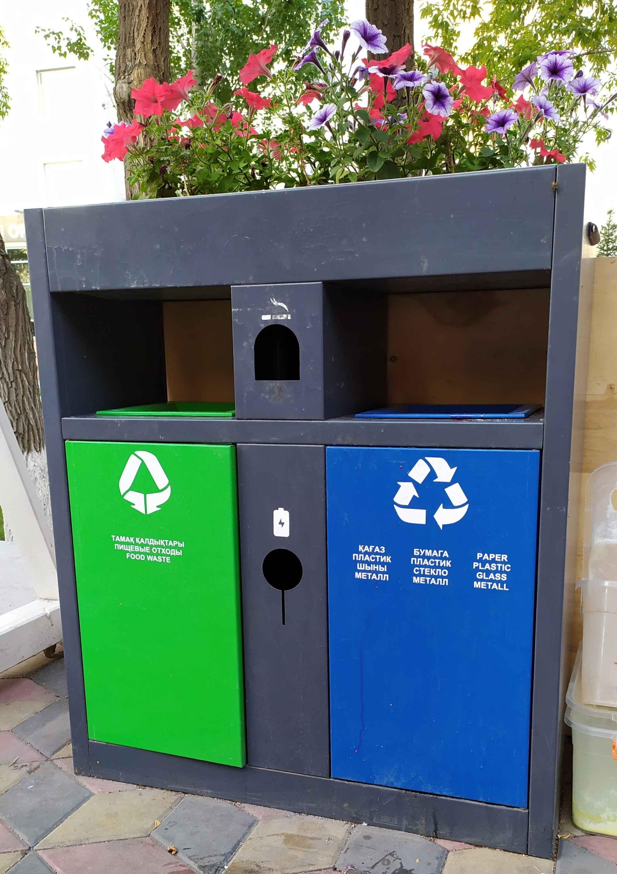 Урны, в которые приятно кидать мусор. Естественно, раздельно – стекло, бумагу, пластик, щелочные батарейки и пищевые отходы.