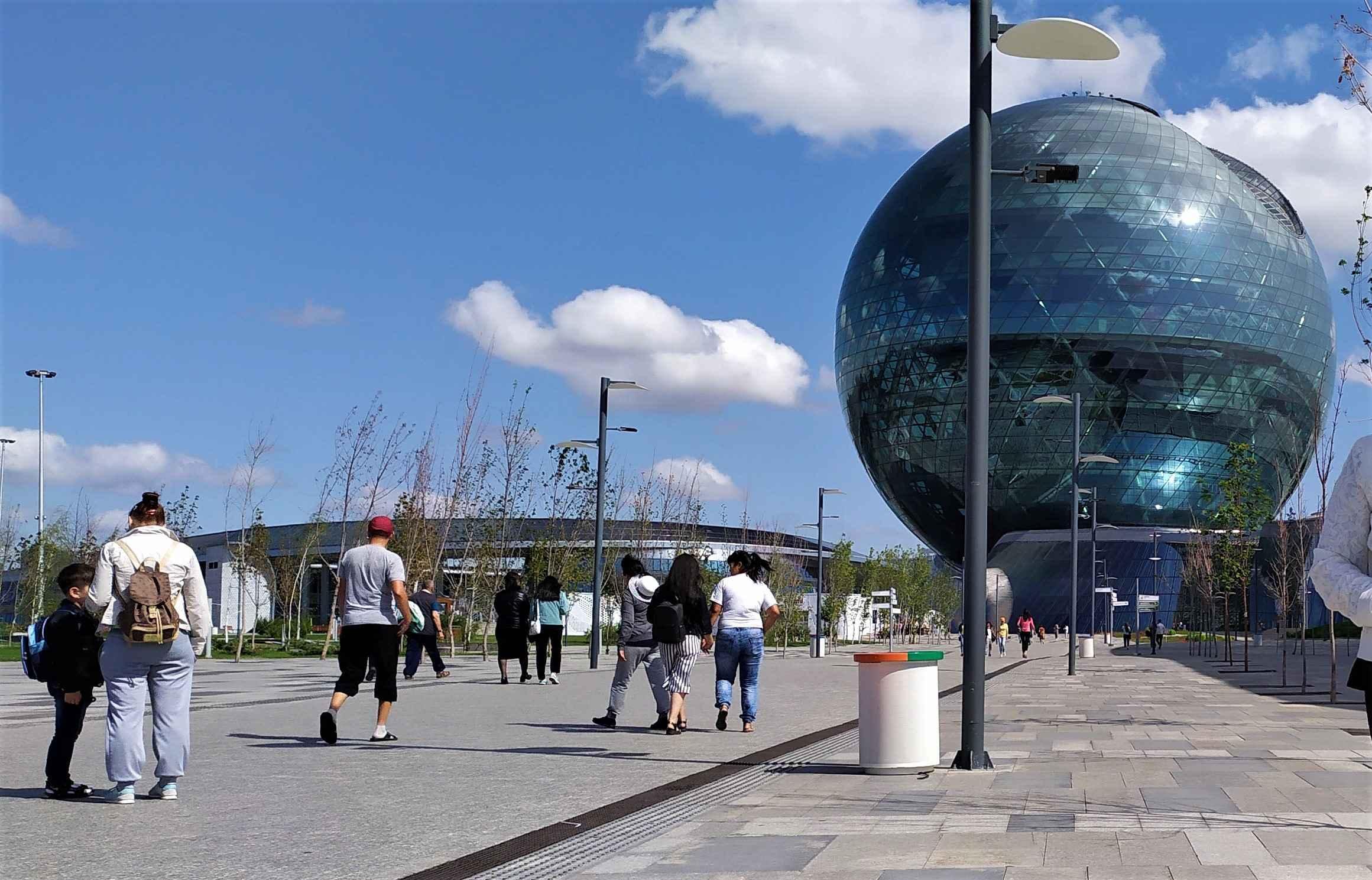 Для Всемирной выставки ЭКСПО-2017 было израсходовано свыше 1 млрд 300 млн долларов. Ключевой павильон «Нур Алем» олицетворяет планету Земля.