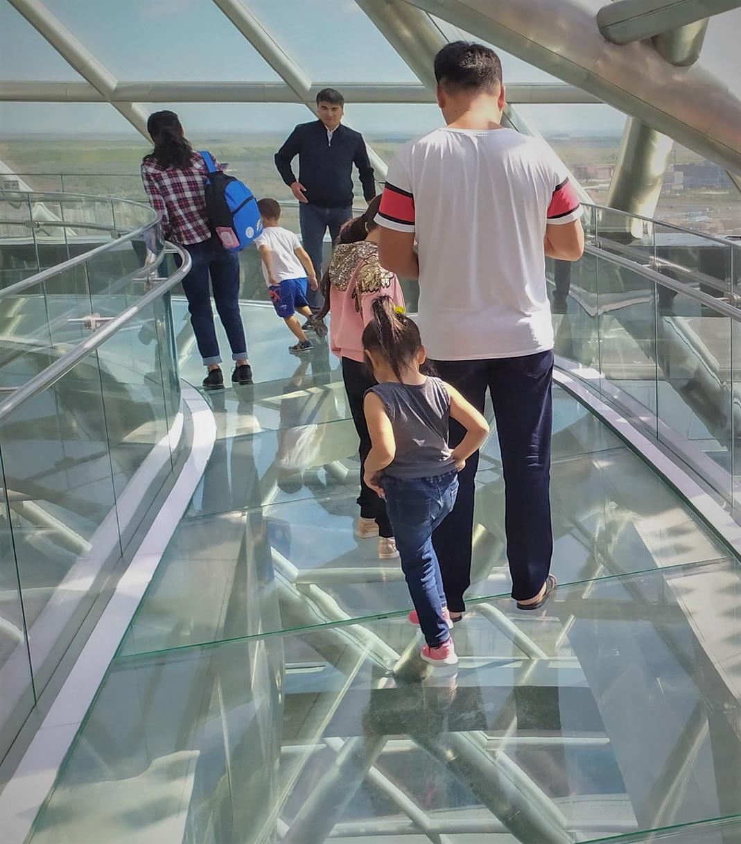 Очень популярная забава у туристов – щекочущие нервы прогулки по стеклянному мостику на высоте восьмого этажа, где через прозрачный пол видна бездна…