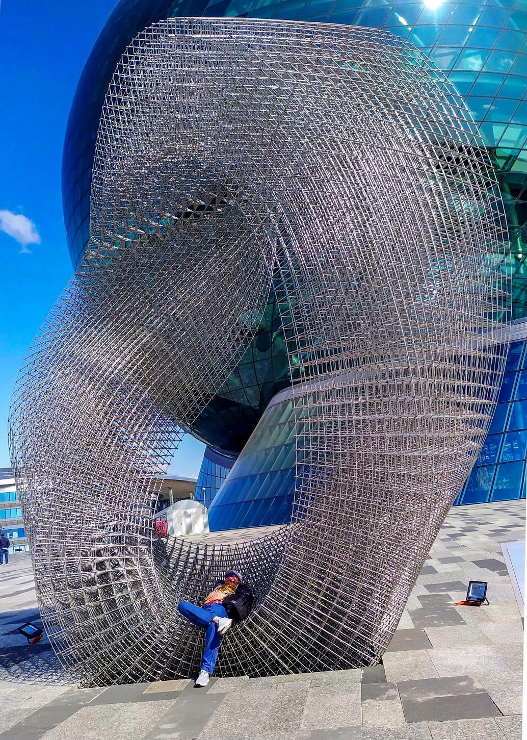 Просто релакс «Во времени и пространстве». Так называется эта удивительная сетчато-металлическая композиция мастера Сакена Нарынова.