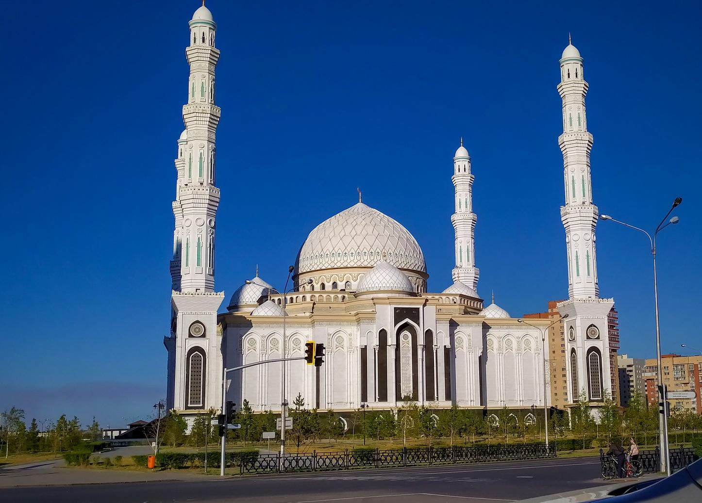 Великолепное здание соборной мечети «Хазрет Султан», чья общая территория составляет 11 га. В дни мусульманских праздников может принять до 10 тысяч верующих.