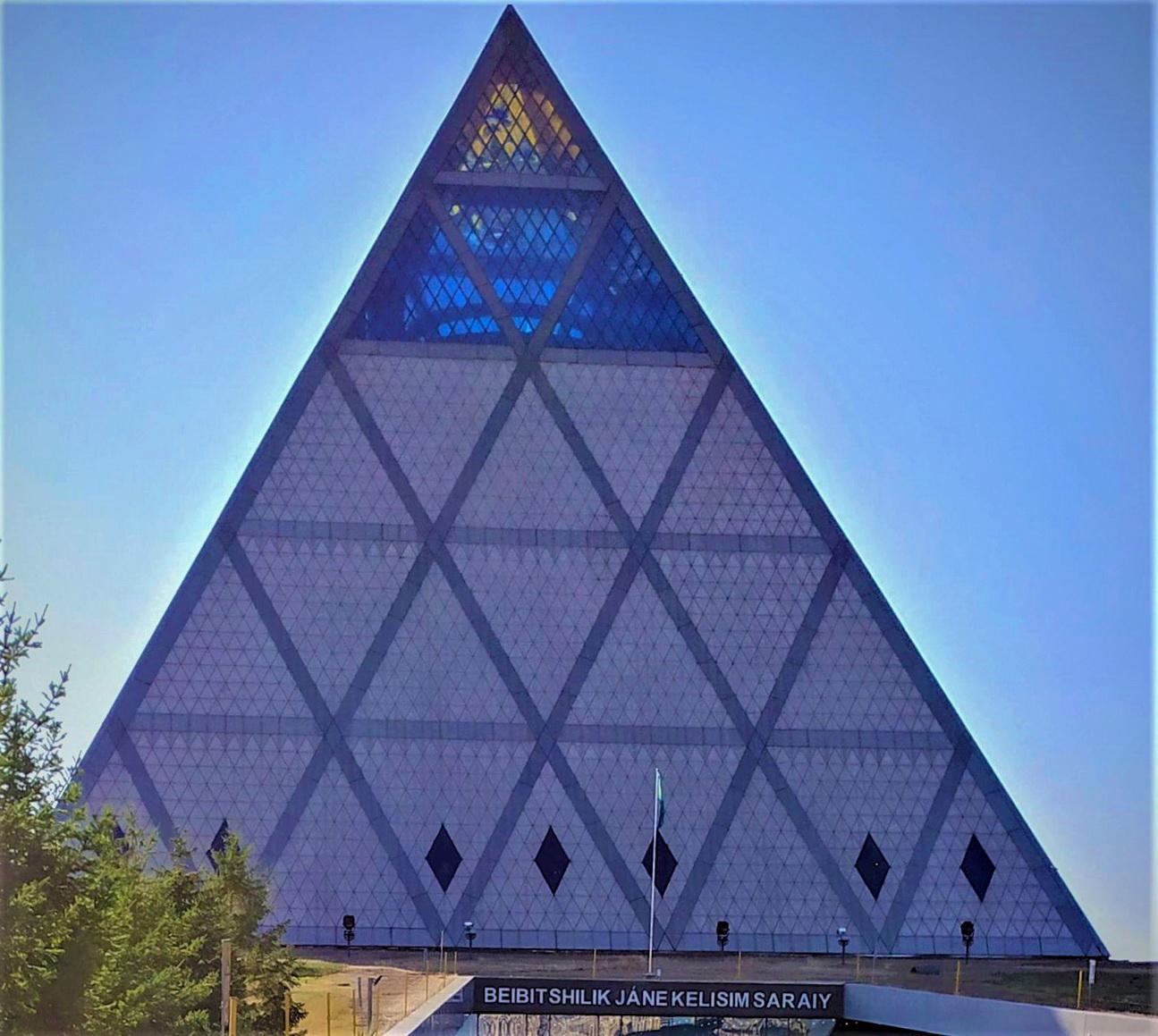 Пирамидальный по форме Дворец мира и согласия был создан архитектором сэром Норманом Фостером специально для Конгресса лидеров различных религий в 2006 году.
