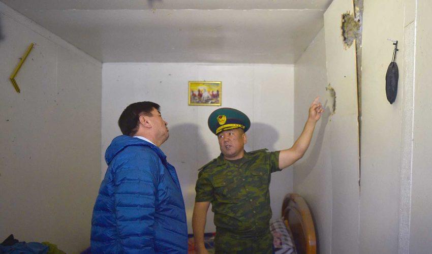 Во время сентябрьской инспекции в Баткенской области премьер-министру Кыргызстана М.Абылгазиеву показали последствия обстрела погранпункта…