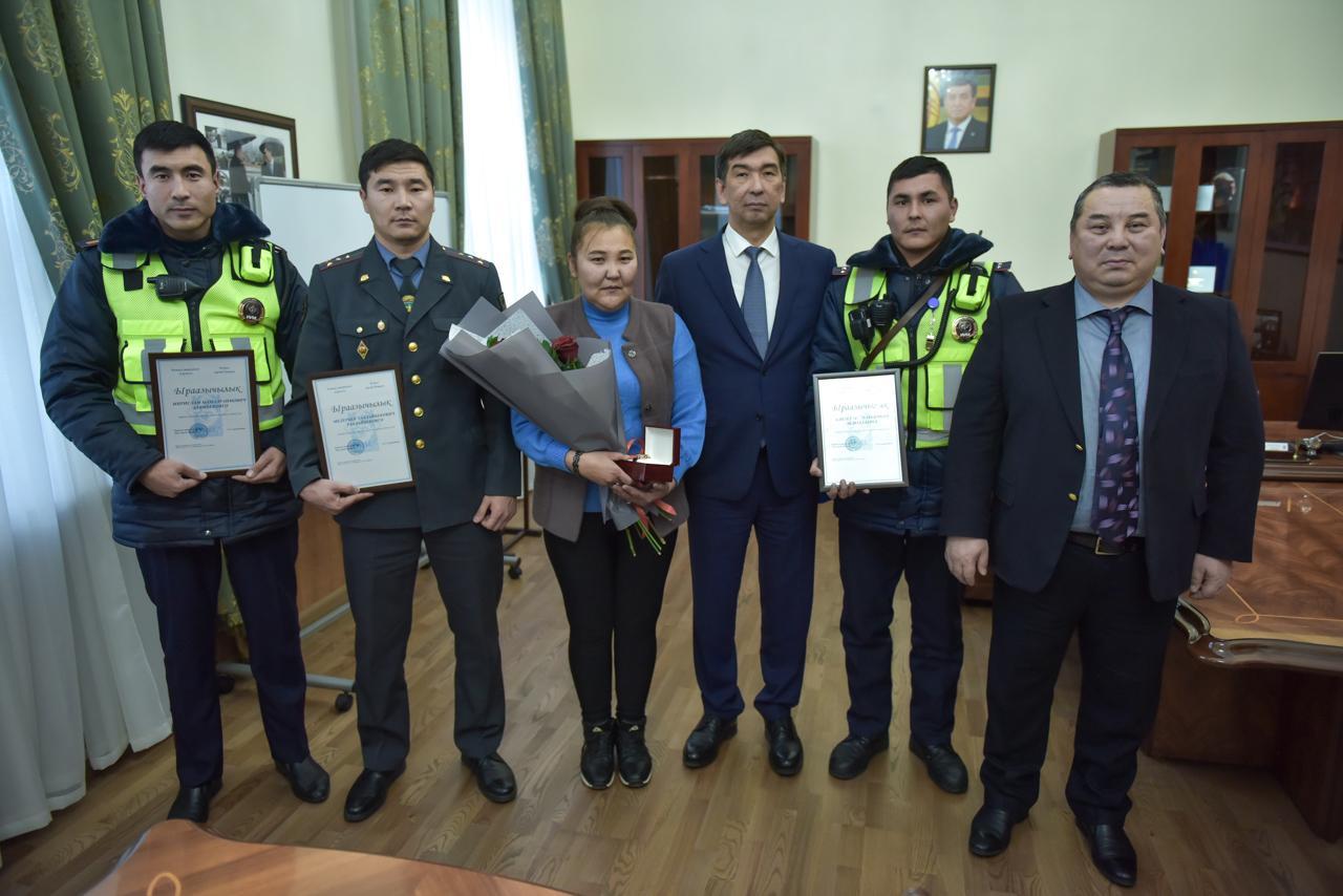 Мэр Бишкека Азиз Суракматов наградил героев, сумевших обезвредить ополоумевшего человека с ножом…