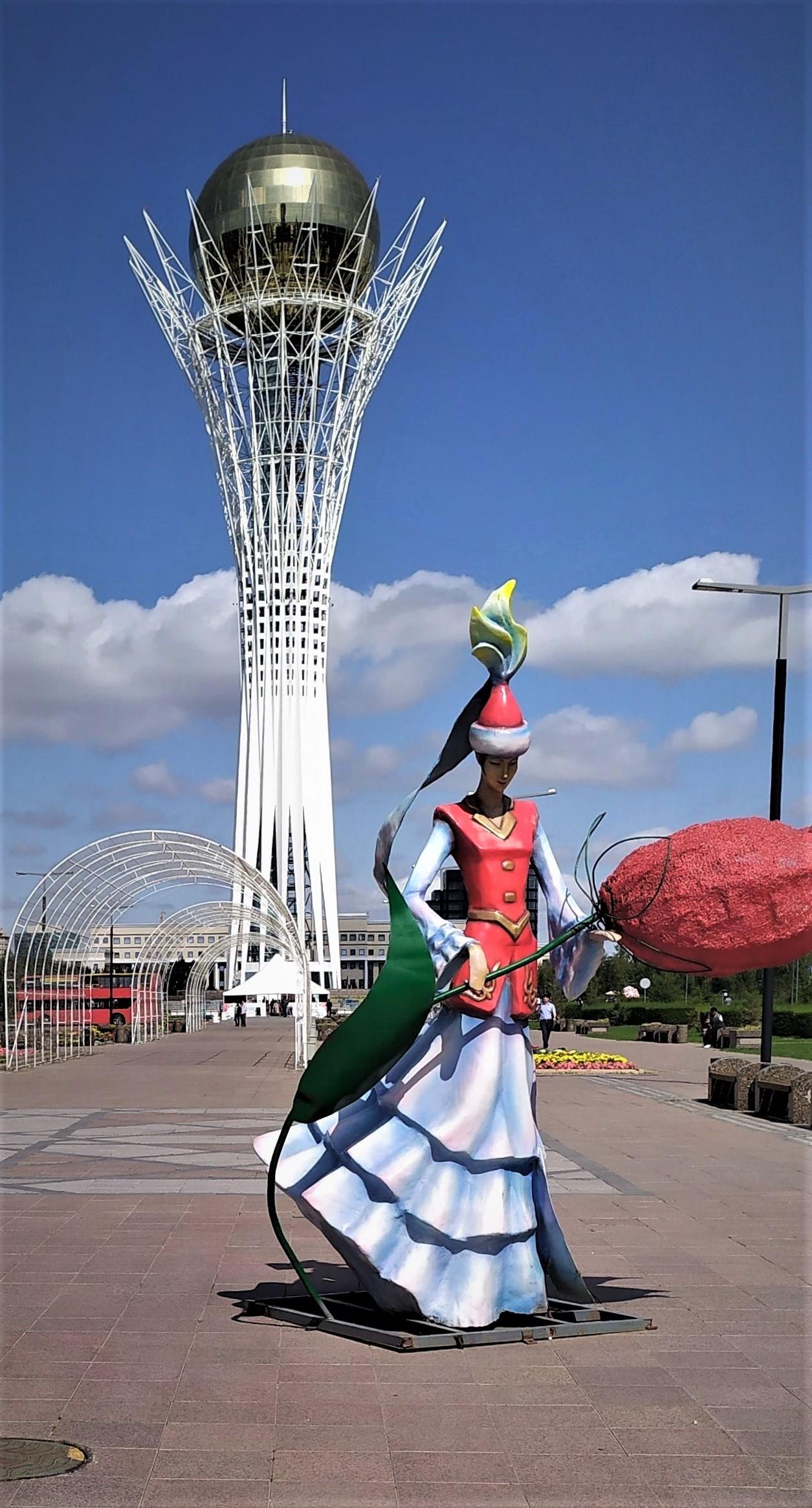 Самый узнаваемый символ – это Байтерек, означающий Древо жизни в космогонии номадов. Сдан в 2003 году. Высота 105 метров, диаметр шара со стеклами-хамелеонами 22 метра.
