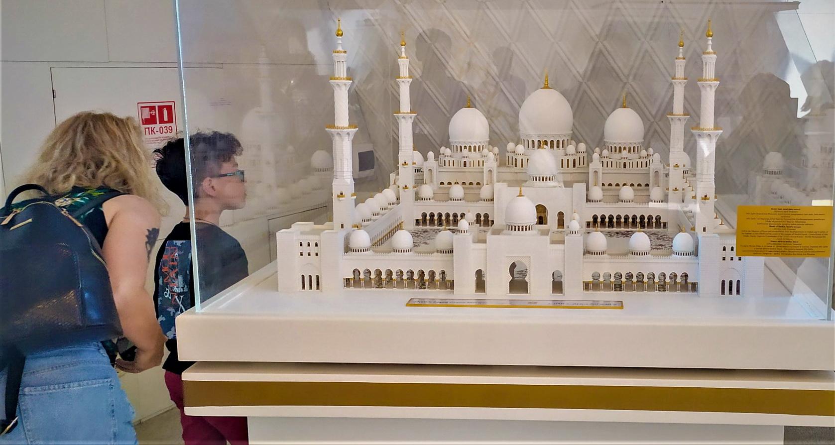 Внутри пирамиды залы с массой подарков от мировых глав, как этот макет мечети с Ближнего Востока.
