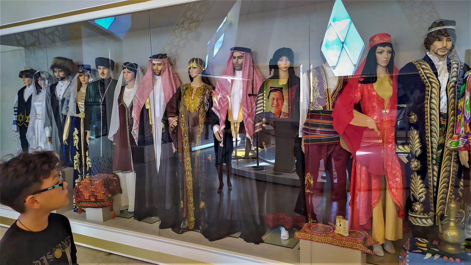 Во Дворце мира и согласия есть экскурсии с показом разных экспонатов, в том числе национальных костюмов народов мира.