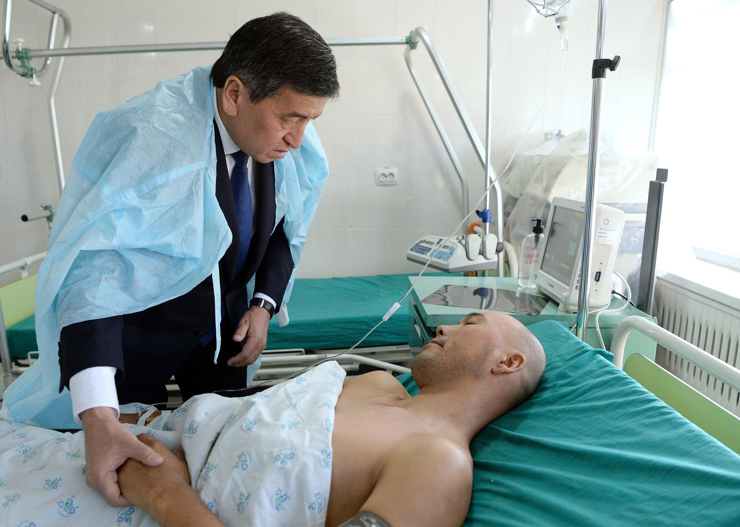 Президент С.Жээнбеков навестил раненых пограничников в одной из больниц Бишкека, куда их доставили из Баткенской области.
