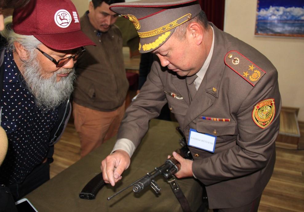 На линии огня! Что подтолкнуло кыргызских журналистов взять в руки оружие?