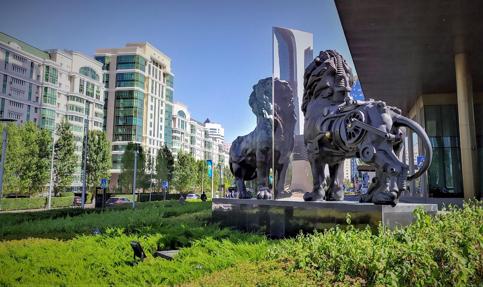 Отель мирового бренда The Ritz-Carlton был открыт в 2017 году при личном участии президента Н.Назарбаева. Строительство обошлось в 430 млн долларов. А композиция у входа символизирует монаршью печать (корона) и знак финансистов (лев).