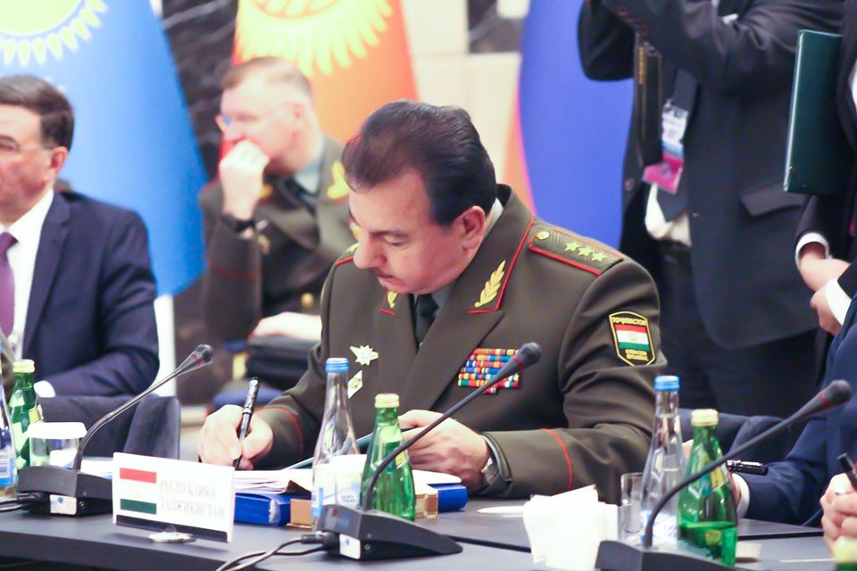 Генерал-полковник Шерали Мирзо, министр обороны Таджикистана, на заседании в Бишкеке.