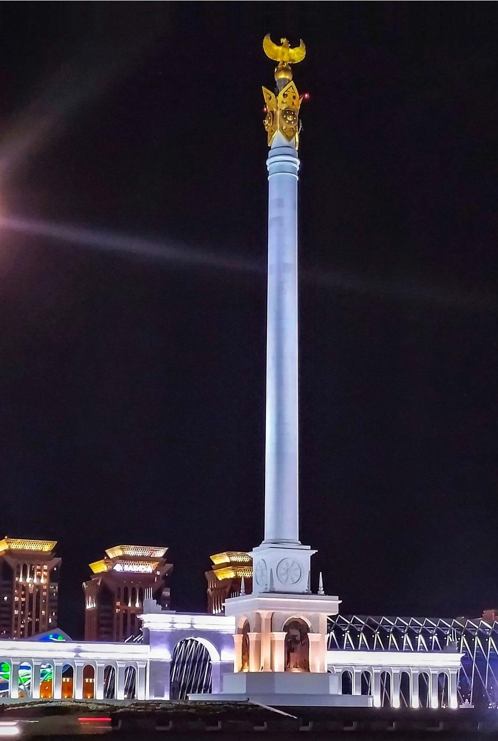 Монумент «Қазақ елі» - это мраморная стела с мифической птицей Самрук на вершине, что символизирует свободу, процветание и силу. Высота в 91 метр напоминает год, когда Казахстан обрел независимость.