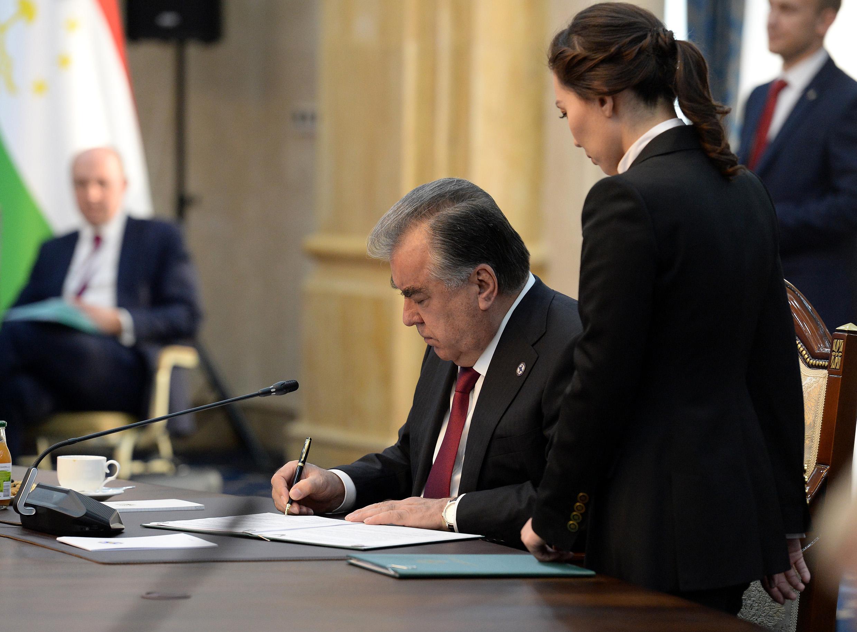 Эмомали Рахмон подписывает пакет документов ОДКБ. Увы, в них нет того, что касался бы ситуации на границе КР и РТ…