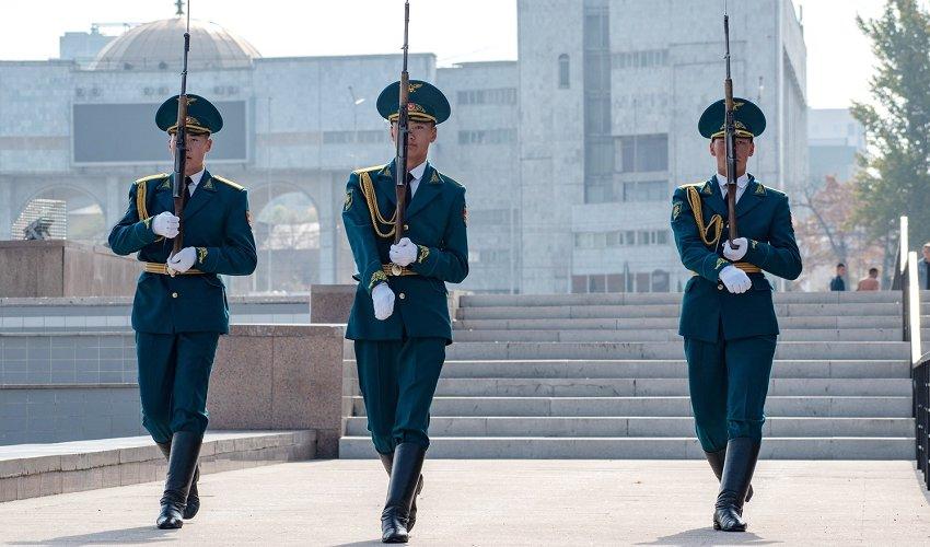 В руках у этих джигитов 7,62-мм самозарядные карабины Симонова (также известны как СКС-45), которые были приняты на вооружение в СССР еще в 1949 году. И хотя сейчас СКС выполняет роль церемониальную, на деле это по-прежнему грозное оружие: пули, выпущенные из его ствола, сохраняют свою убойную силу на дальности до 1,5 км!