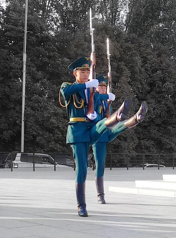 Чтобы добиться такого четкого церемониального шага, требуются многочасовые занятия и растяжка, как у гимнаста.