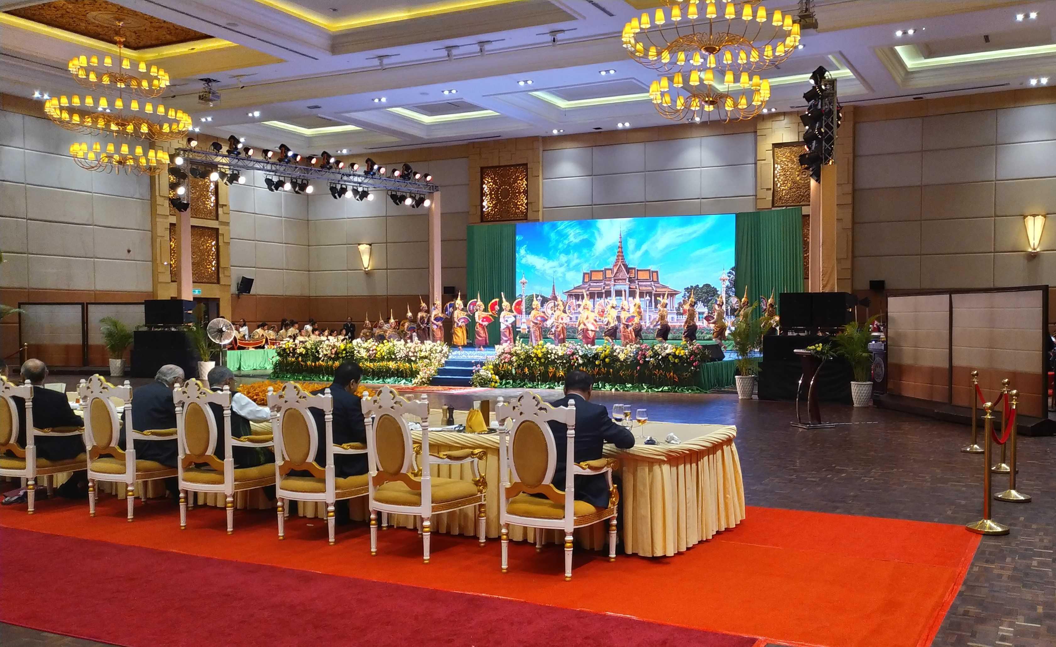 Торжественный раут от лица правительства Камбоджи, на котором гости могли не только оценить изыски местной кухни, но и впитать элементы общей, традиционной культуры кхмерского королевства…