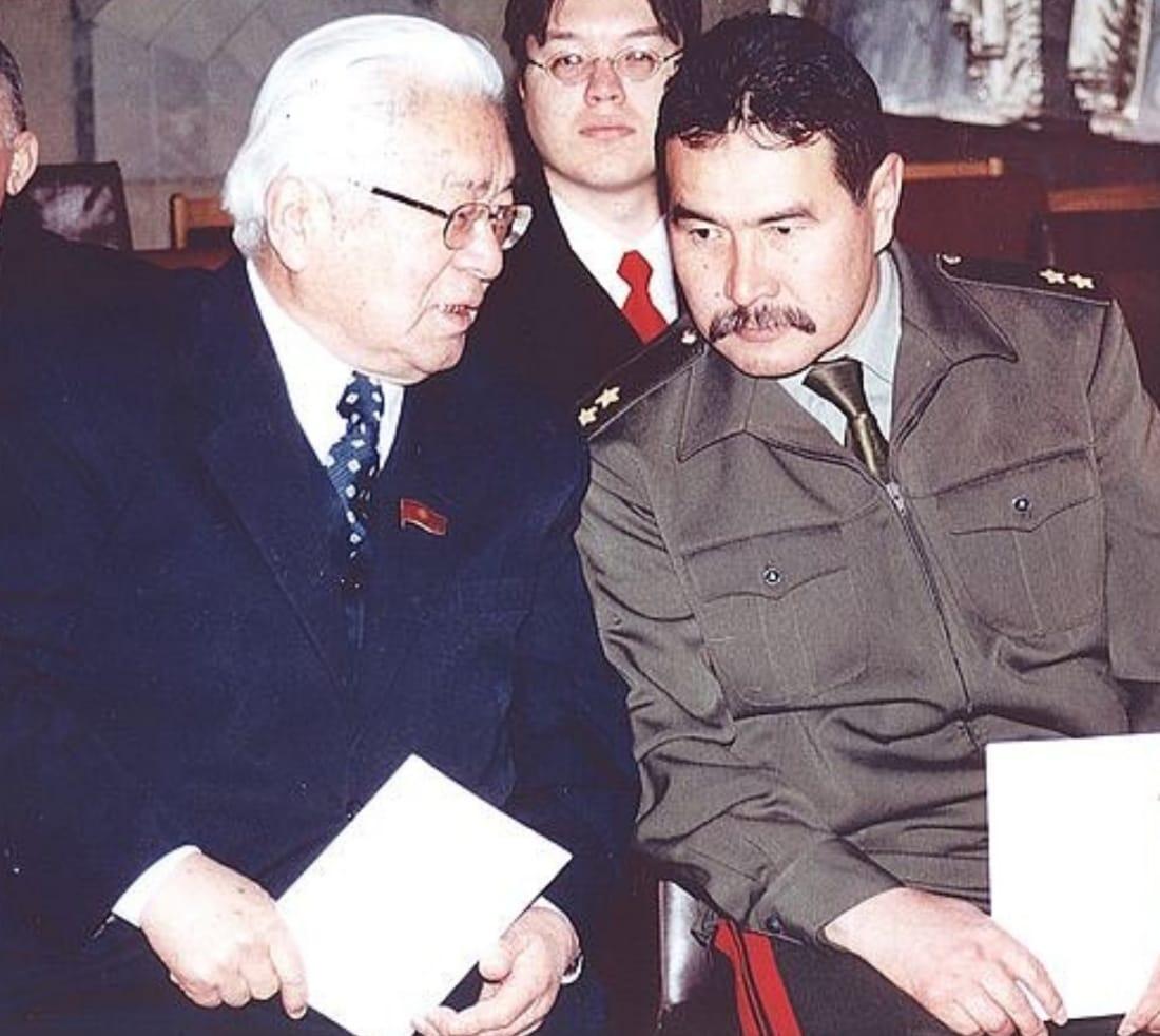 В свое время генерал был в составе депутатов кыргызского парламента вместе с легендарным патриархом – Турдакуном Усубалиевым, чем Чотбаев очень гордится!