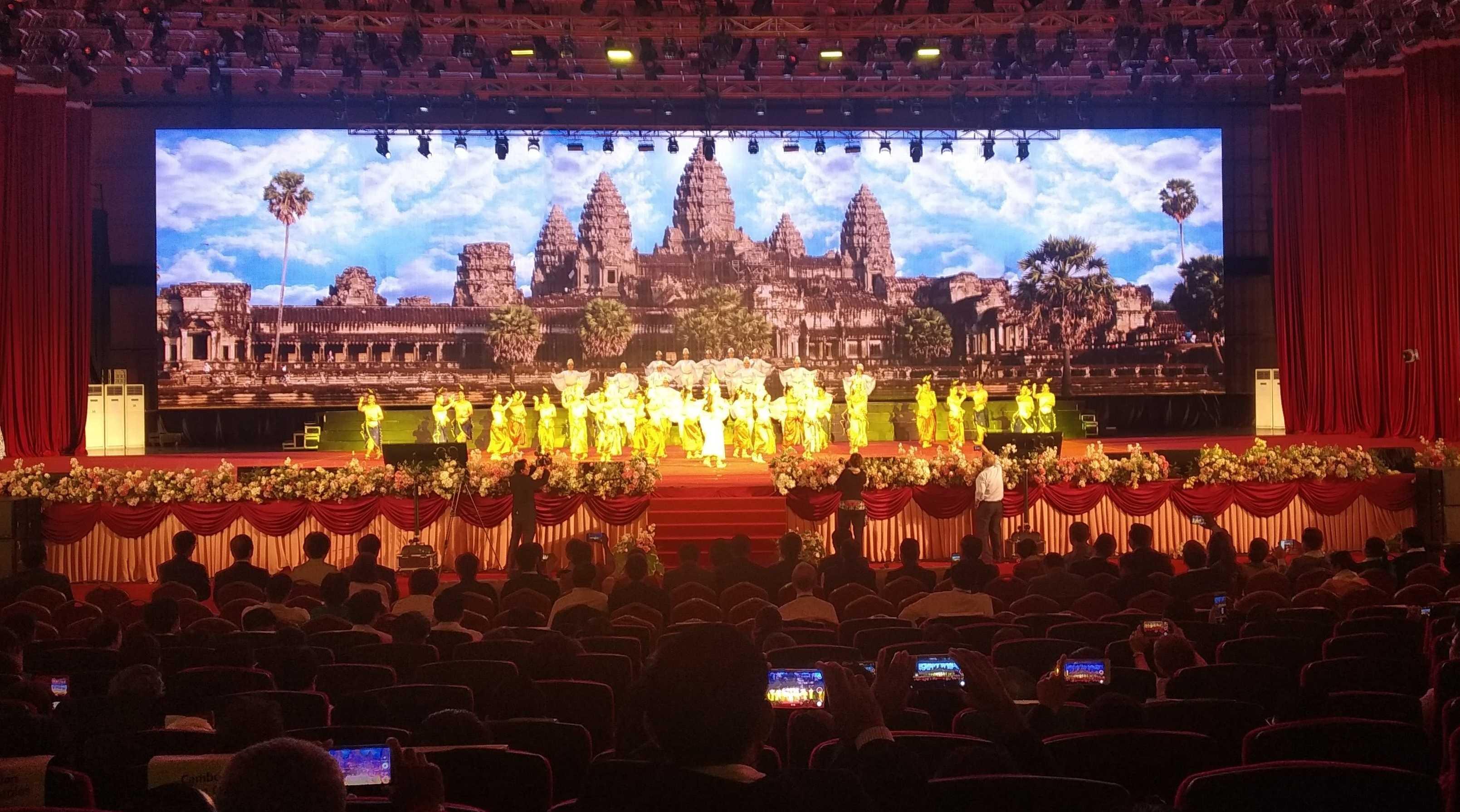 Яркое выступление кхмерской группы артистов на фоне знаменитого храмового комплекса Ангкор-Ват, жемчужины Камбоджи, включенной в список Всемирного наследия ЮНЕСКО.