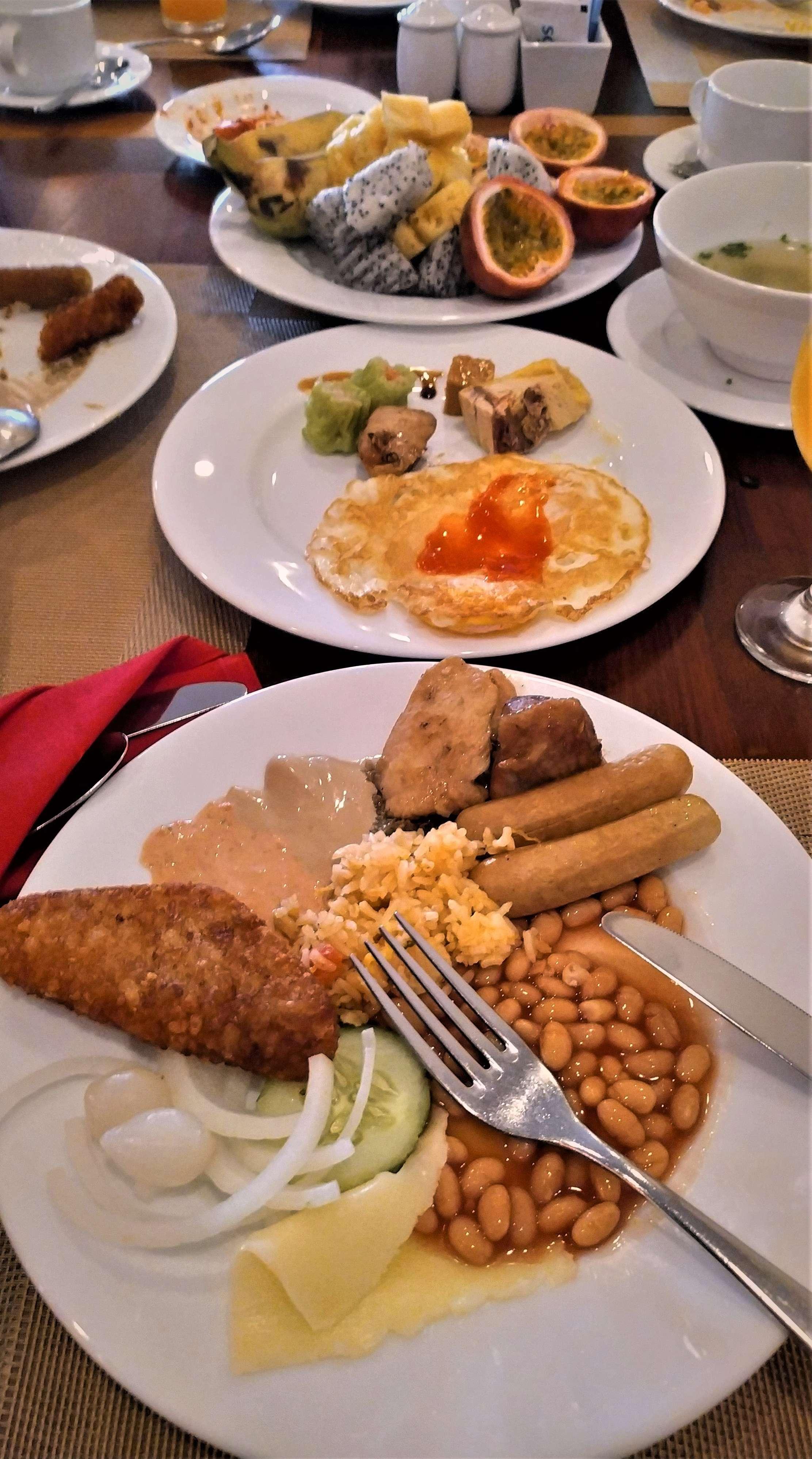 Гости Камбоджи из Старого света могут найти и вполне себе европейскую еду. Например, сосиски, картофельные крокеты, привычный сыр, соус бешамель, омлеты, отварную курятину, и т.д.
