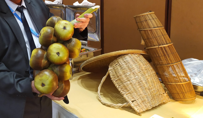 Как называются эти странные, толстокожие плоды, напоминающие мега-фундук, но со сладкой мякотью внутри, я просто не знаю…