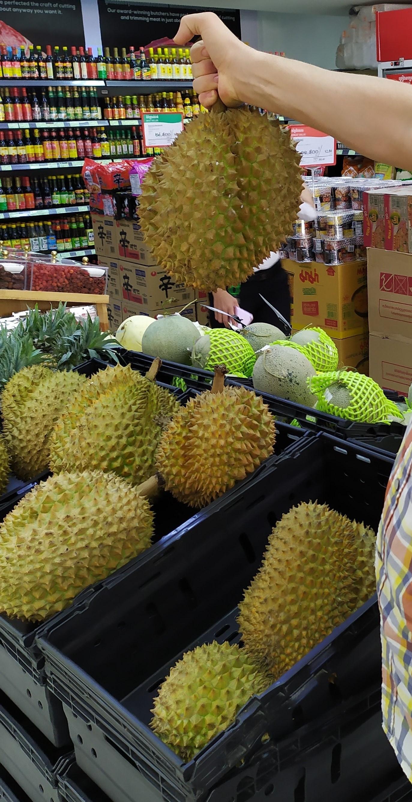 В Камбодже очень популярен запашистый дуриан. Продается на вес, целиком, и дольками - у лоточников.